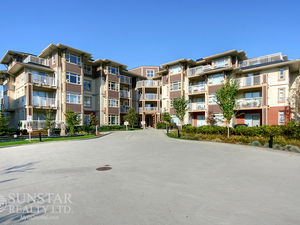 Metrotown 1 Bed + Den 1 Bath Condo w/ Balcony by Skytrain @ Cadence